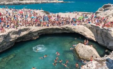 Grotta della Poesia, affluenza record per la piscina naturale più bella del Salento