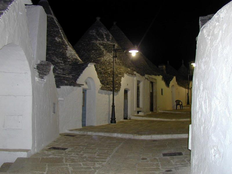 Foto notturna Alberobello