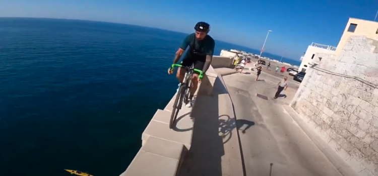 Brumotti a Polignano in bici a picco sul mare