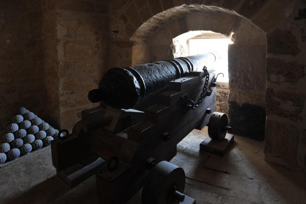 castello-aragonese-taranto-cannone