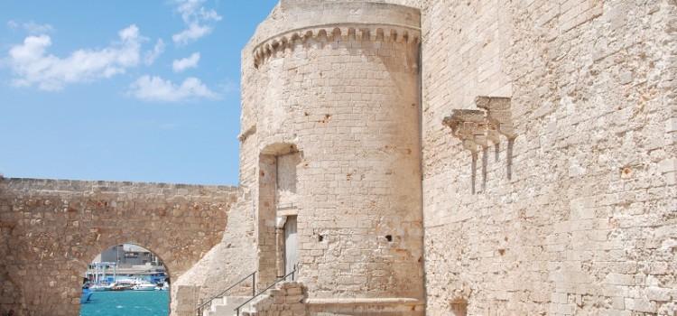 Percorsi turistici in Puglia, Monopoli tra le bellezze artistiche e naturali