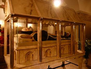 La teca contenente le spoglie mortali di Padre Pio